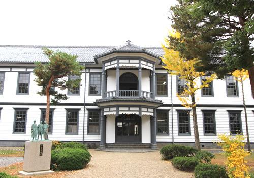 昭和52年、国の重要文化財に指定されました。県内唯一の中学校として開設された旧福島尋常中学校です。